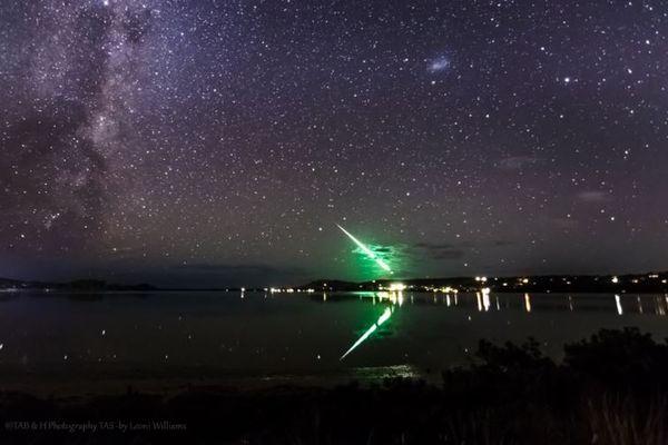 オーロラを待っていたカメラマンが、上空で緑色に光る物体を捉える