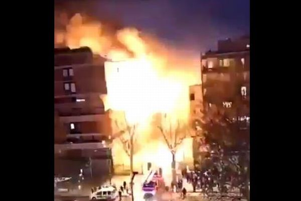 パリの街の真ん中で突然、建物が大爆発、奇跡的にケガ人もなし【動画】