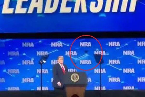 全米ライフル協会のパーティで、トランプ大統領に携帯電話が投げ付けられる