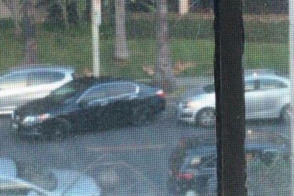 路上の駐車スペースを巡って2台の車がにらみ合い、なんと1時間30分も続く