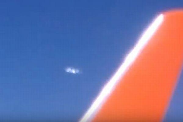 上空で6つに分裂する不思議な物体を、機内の乗客が撮影