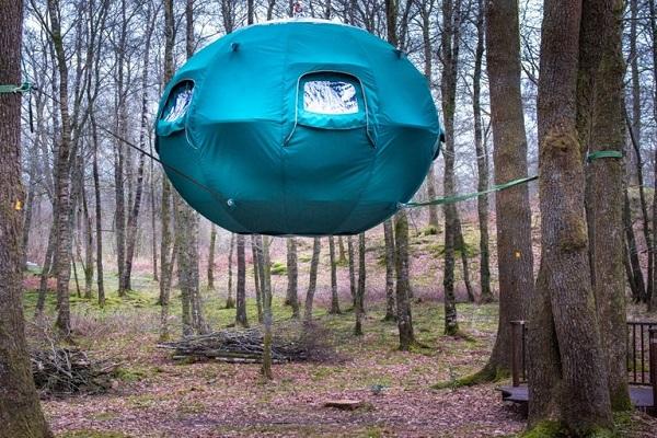 """まるでUFO!森の中に浮かび実際に宿泊もできる円形の""""テント""""が話題に"""
