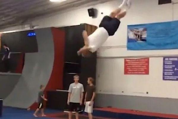 自由にトランポリンで飛び跳ねる66歳のおじいちゃんがスゴイ!