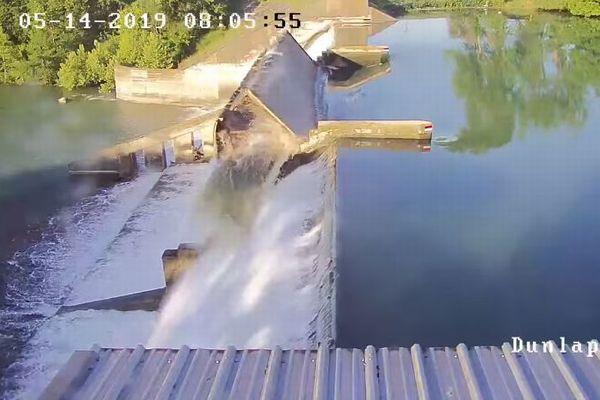 米の湖でダムが決壊、水量を調節するゲートがめくれ上がる【動画】