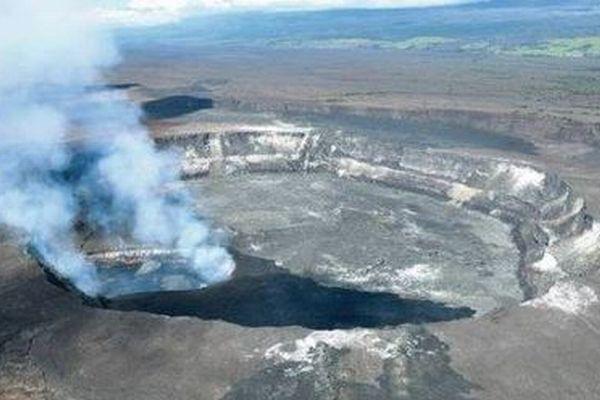 キラウエア火山のクレーターに男性が落下、崖の途中で留まり救助される