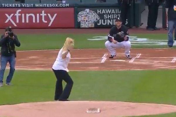こんなユニークな始球式は初めて?MLBで女性が投げたボールがあらぬ方向へ