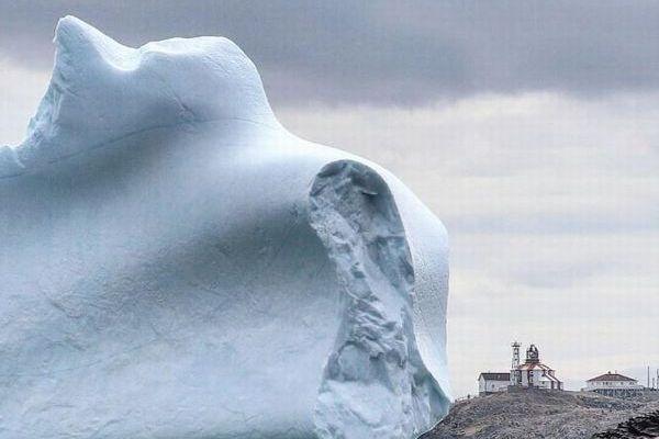崖よりも大きな巨大な氷山!アマチュアカメラマンが撮影した写真が大迫力