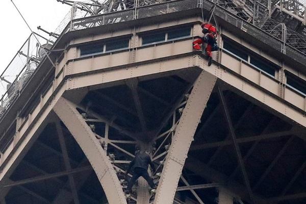 身柄拘束の際には既に半分制覇!エッフェル塔に登った男が逮捕される