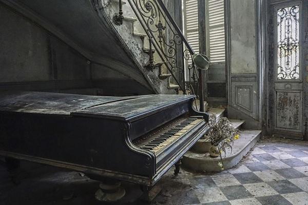 廃墟に残されたピアノを撮り続ける写真家、静謐の中で佇む姿が物悲しい