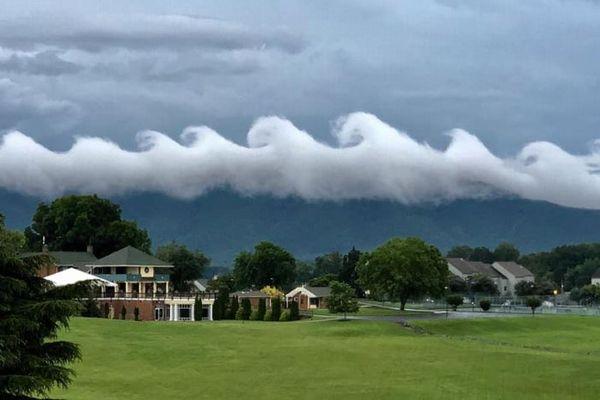まるで波の絵のよう!米上空に現れた珍しい形の雲がユニーク