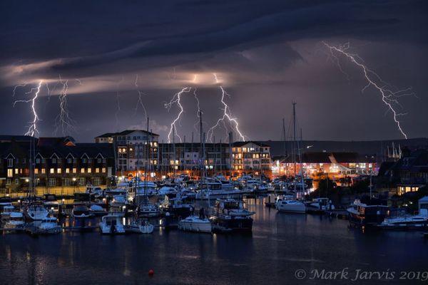 1時間に約1000回も雷が発生、英で撮影された稲妻が恐ろしくも美しい