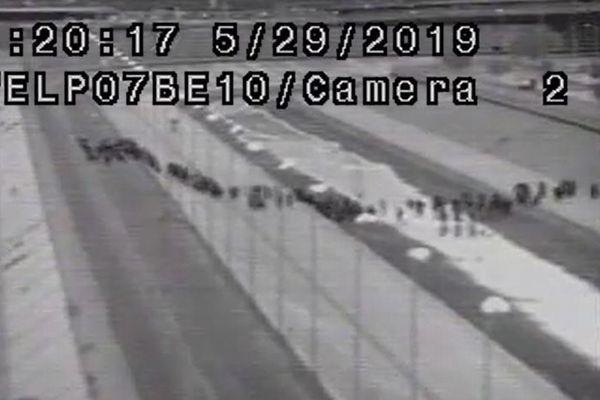 1000人以上の移民がアメリカへ不法入国、その瞬間の動画が公開される