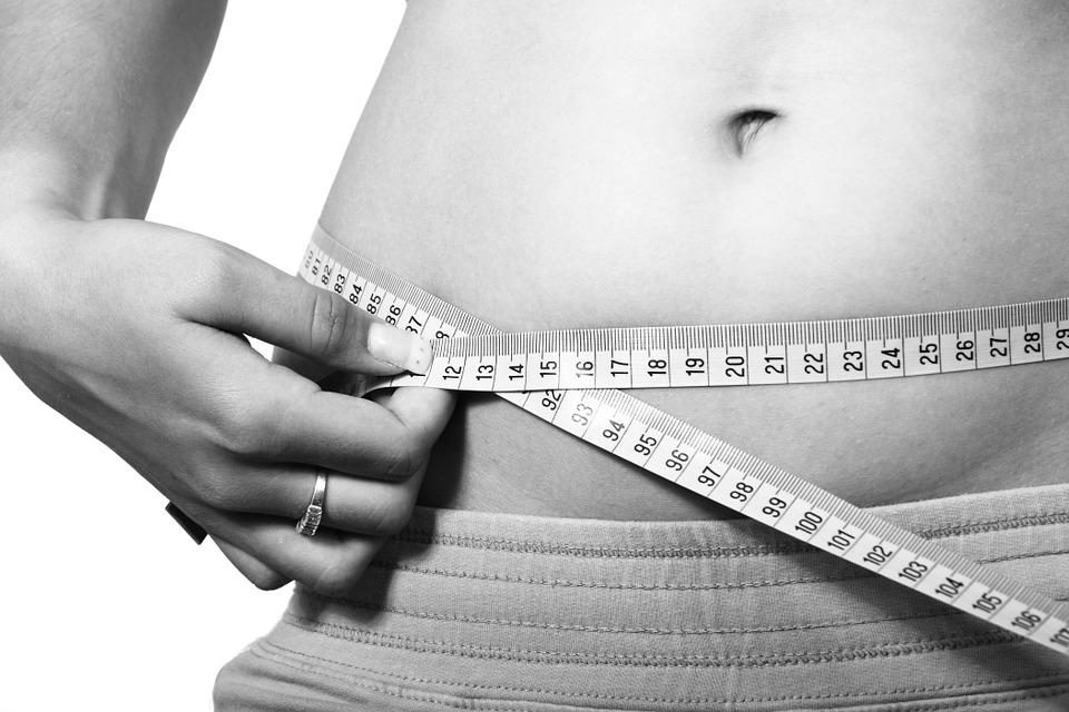 電気をつけたまま寝ると太る?女性の体重増加に関する新たな研究結果が明らかに