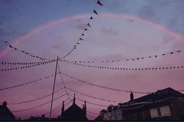 七色じゃない!英国で珍しいピンク色の虹が観測される