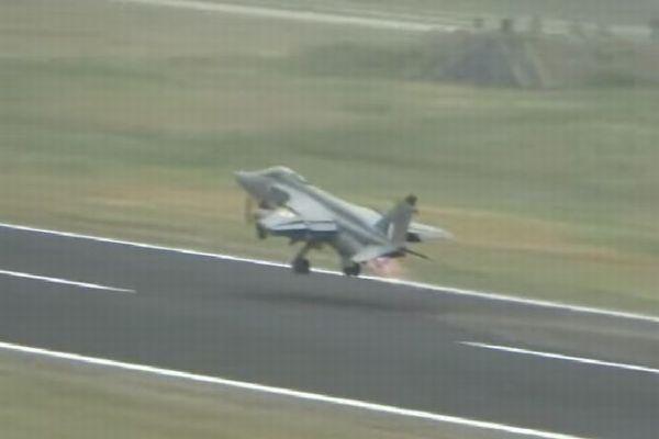 インド空軍の攻撃機が離陸直後にバードストライクに直面、その後思わぬ展開に