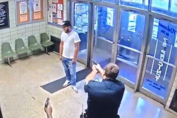 「俺を撃ってくれ!」NYの警察署にナイフを持った男が侵入【動画】
