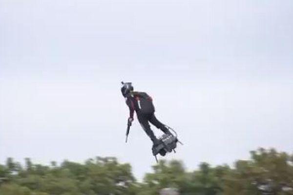 フランスの軍事パレードで「空飛ぶ兵士」が登場、各国首脳の前で上空を旋回