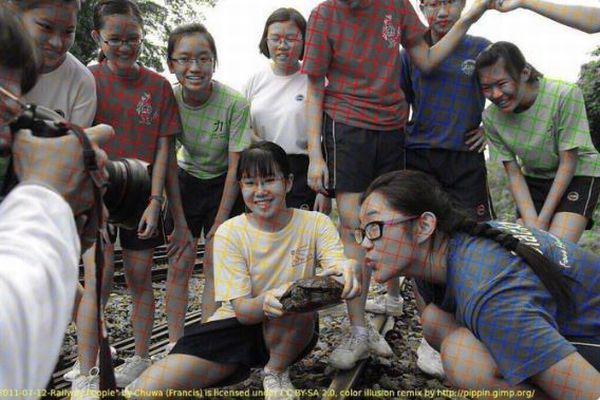 実はこれ白黒だった!目の錯覚を利用した少女たちの写真が不思議