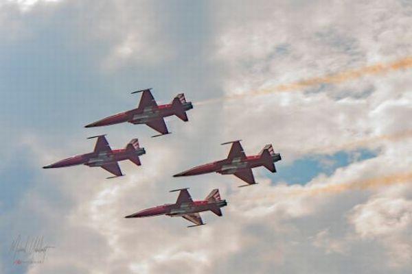 スイス空軍のジェット機が誤った街を飛行、ヨーデルが響き渡る会場でショーを行う