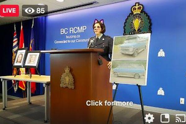殺人事件の記者会見で、警察の女性担当官の顔がネコに変身しちゃった!