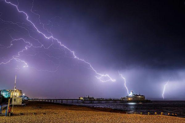 眠っていても安心できない!英の民家に雷が直撃、屋根が燃える事態が発生