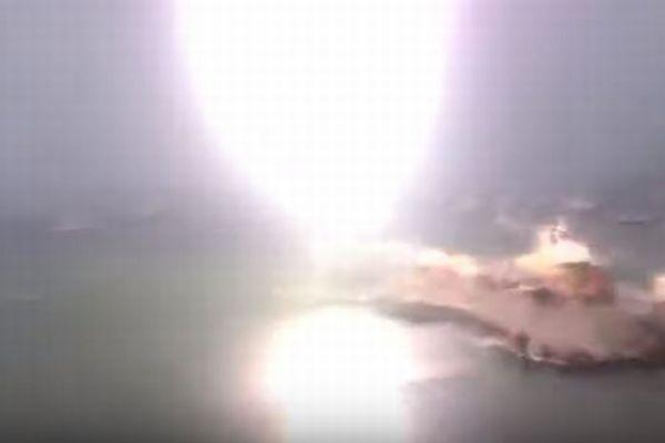 港に停泊中のヨットに落雷、稲妻がマストを直撃する動画が衝撃的
