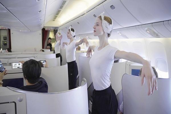 飛行中の機内でバレエ!パリ国立オペラのダンサーが、サプライズでパフォーマンスを披露