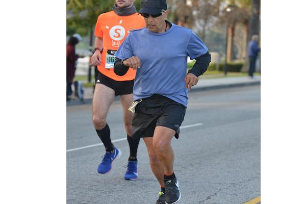 マラソンで記録を打ち立てた元医師、近道をしていたと入賞取り消しになり、自殺