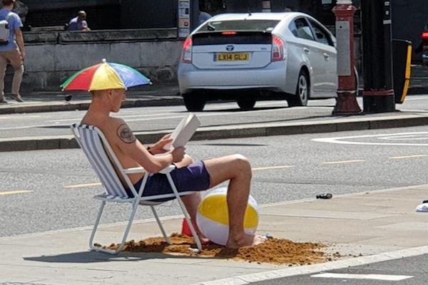 観測史上2番目の猛暑を経験するイギリス人たちの反応さまざま