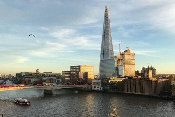 ロンドンの高層ビルにスパイダーマン?ハーネスをつけずに男性が登りきる