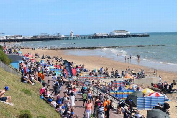 英のビーチで多くの海水浴客が突然呼吸困難に、不可解な現象が発生