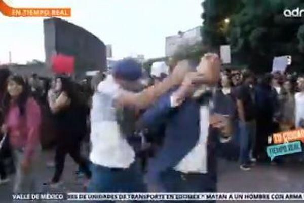 メキシコでレポーターがオンエア中、男に殴られ、意識を失い倒れる