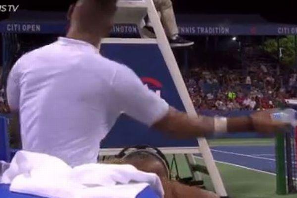 前代未聞!テニス選手が怒りを爆発させ、審判席にペットボトルを投げつける
