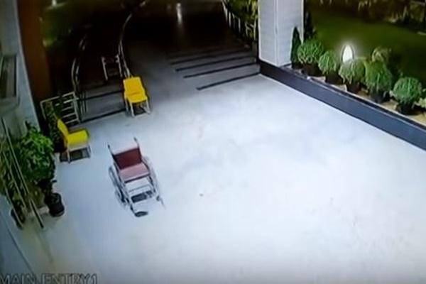 幽霊の仕業?インドの病院で車椅子が勝手に動く動画が不気味