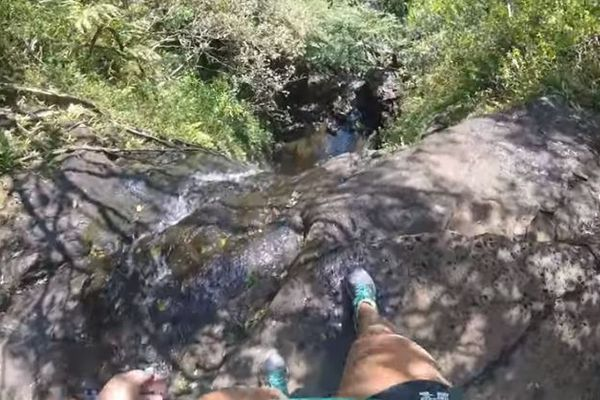 ビーチバレーの選手が滝に落下する瞬間、GoProが一部始終を捉えていた