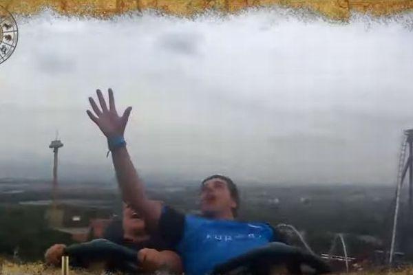 ジェットコースターに乗っていた男性が、飛んできたiPhoneXを見事キャッチ【動画】