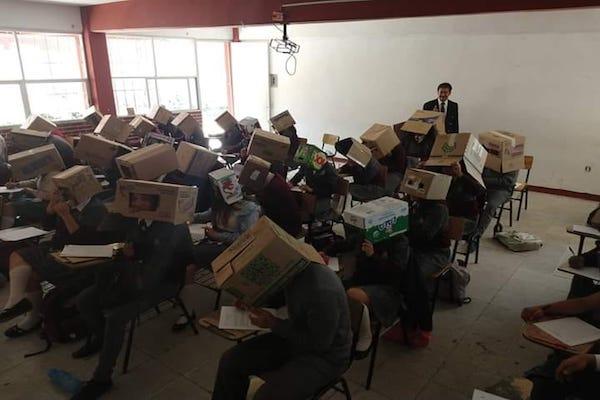 メキシコの先生がカンニング防止のため、生徒に箱を被らせ物議に