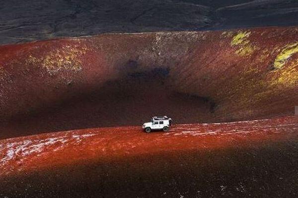 鮮やかな赤い土、アイスランドの火口付近で不思議な光景を撮影