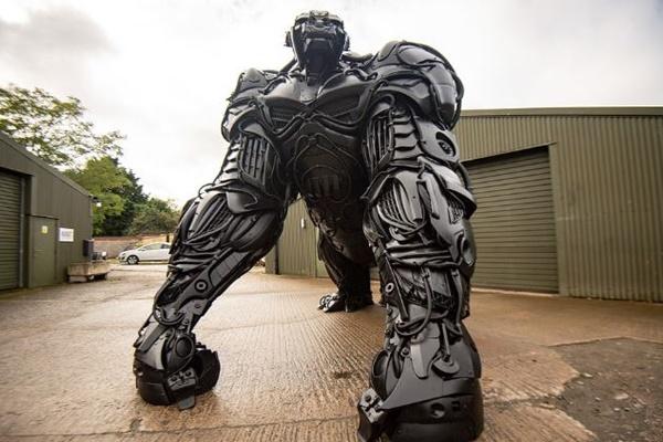 高さは3m66m、廃棄された車の部品だけで作られたゴリラの像が大迫力