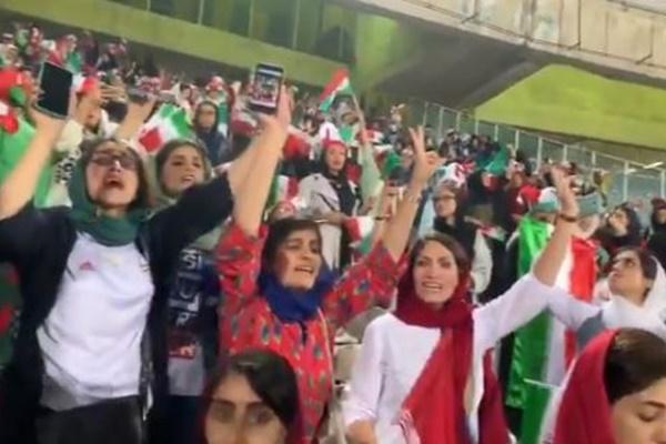 イランで女性がサッカーを観戦、40年ぶりにスタジアムに入り喜びを表す【動画】