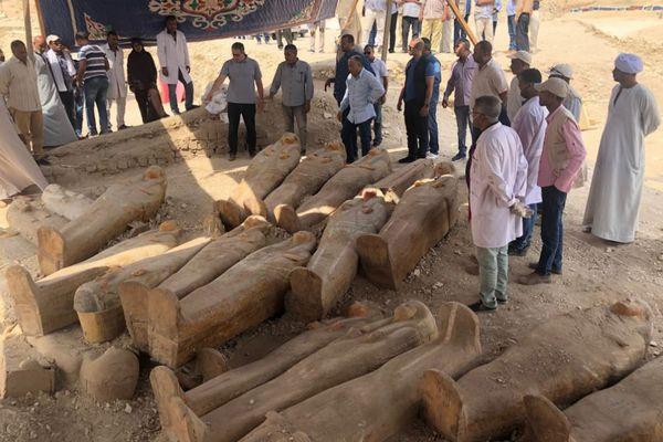 エジプトで20個以上の柩を発見、表面がカラフルに装飾される