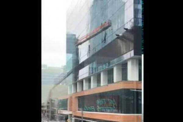 カナダのビルでゴンドラが激しい風に煽られ、清掃員が宙吊りに【動画】