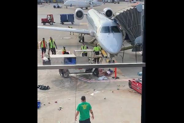 空港で狂った運搬車がジェット機と衝突寸前に…