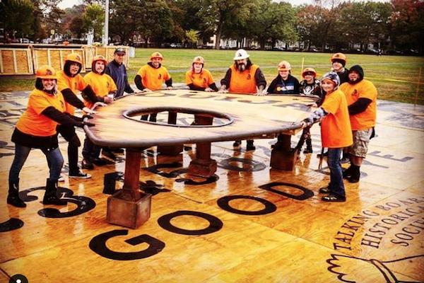 世界一巨大なコックリさんの文字ボードが、魔女の町セーラムで完成