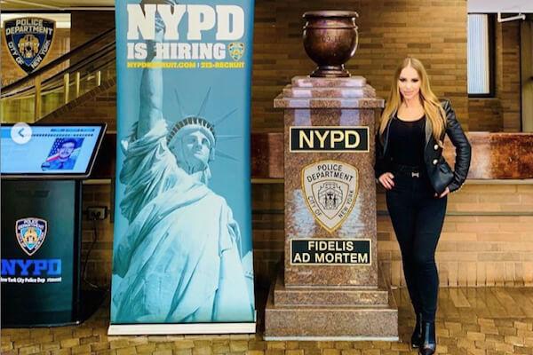 ポルノ女優がニューヨーク市警の立ち入り禁止部署を見学、インスタに投稿して物議に