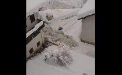 イタリアで谷から大量の雪が押し寄せ、瓦礫とともに通りを流れていく【動画】