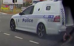 警察車両から手錠をした容疑者が落下!その瞬間を車載カメラがとらえる