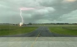 NZの空港で待機していた旅客機に落雷、その瞬間の写真を撮影