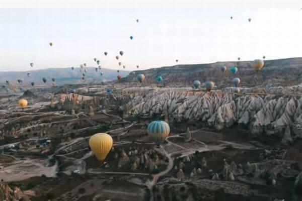トルコの世界遺産で多くの気球が集結、ドローンにより不思議な動画を撮影