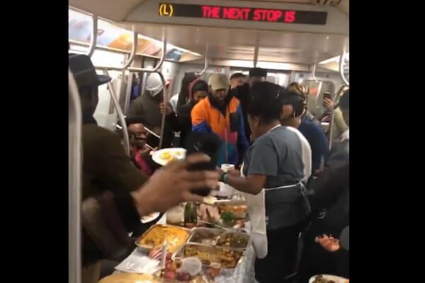 地下鉄に乗ったら感謝祭のディナーパーティー中だった【ニューヨーク】